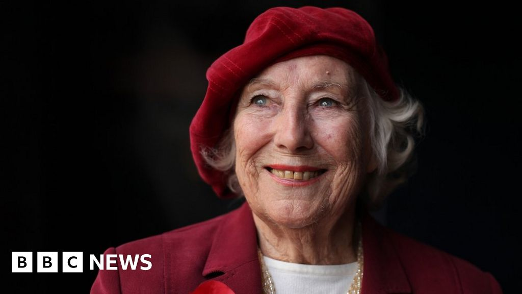 Dame Vera Lynn: Flypast to mark singer's funeral - BBC News