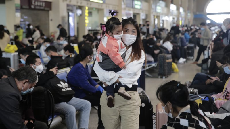 Masked crowds fill city streets and trains after Wuhan lockdown ends - Sydney Morning Herald