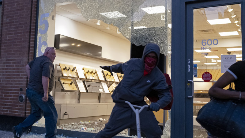 Manhattan shops ransacked after looters ignore New York curfew, pleas of protesters - Sydney Morning Herald
