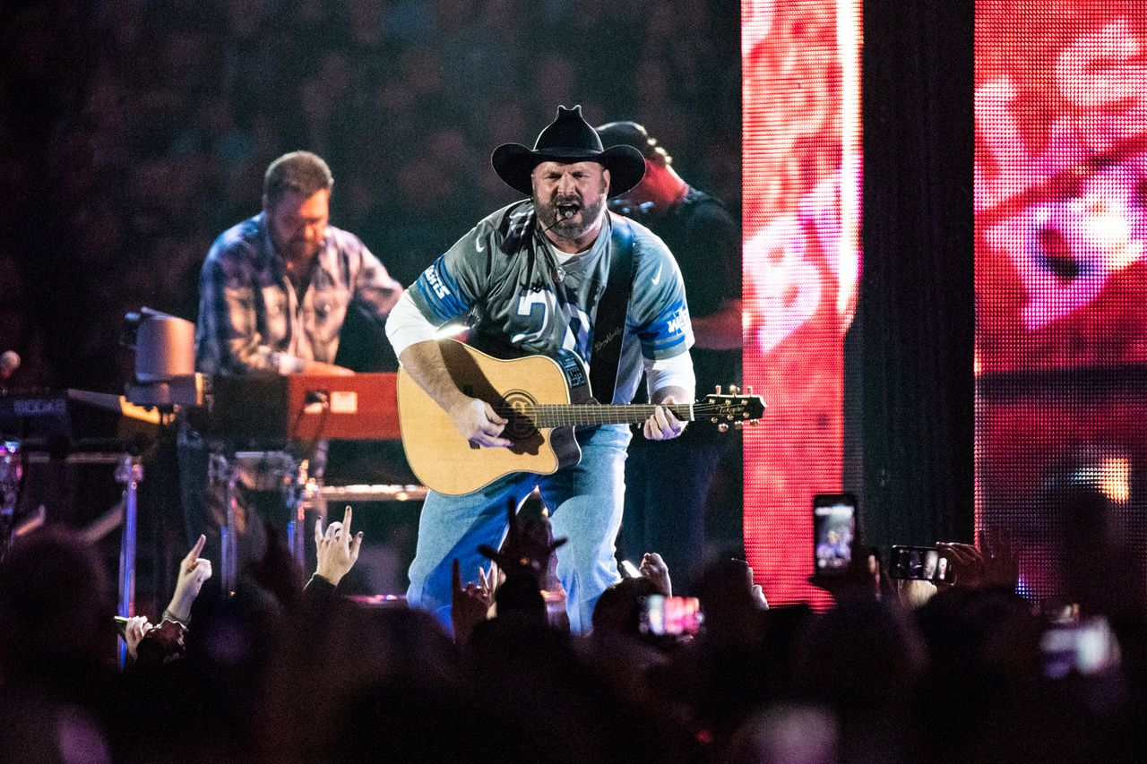 Garth Brooks turns Ford Field into a dive bar with 70,000 backup singers - MLive.com